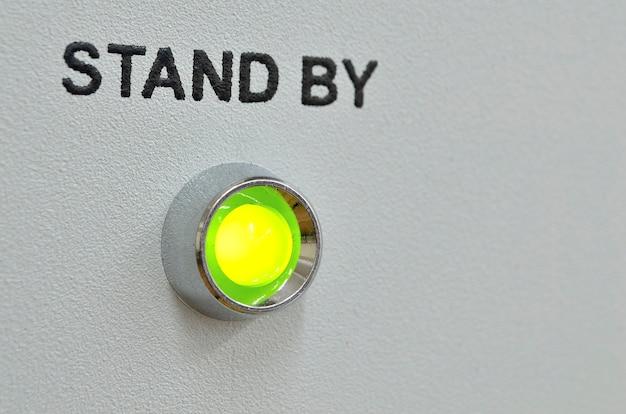 Éclairage led vert avec texte de veille sur le panneau gris de l'appareil; se concentrer sur la led verte