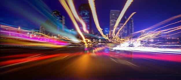 Éclairage de mouvement dans la ville la nuit