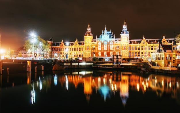 Éclairage nocturne des bâtiments et des bateaux près de l'eau dans le canal.