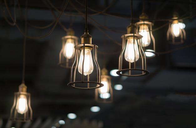 Éclairage de nombreux intérieurs d'ampoules