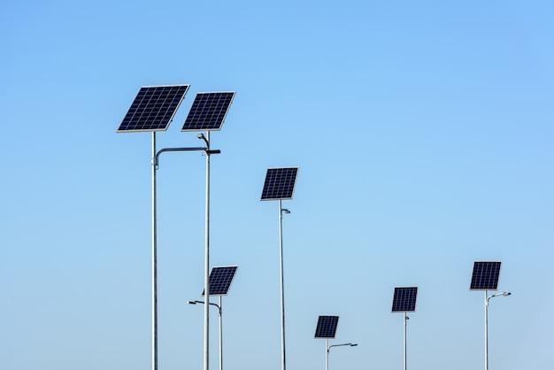 L'éclairage public fonctionne à partir de panneaux solaires sur fond de ciel bleu.