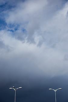 Éclairage de rue par temps nuageux