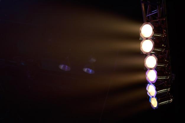 Éclairage de scène, projecteurs lumineux, studio de théâtre, éclairage de scène, effets de lumière de gradient