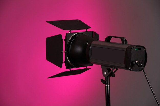 Éclairage de studio sur gros plan mur rose
