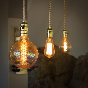 Éclairage vintage pour la décoration dans un café