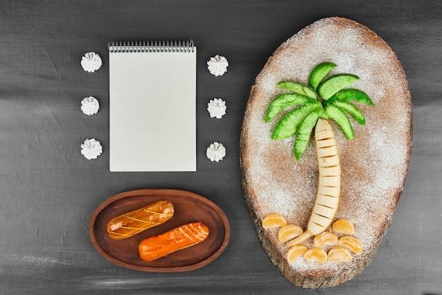 Éclairs de caramel avec composition de fruits.
