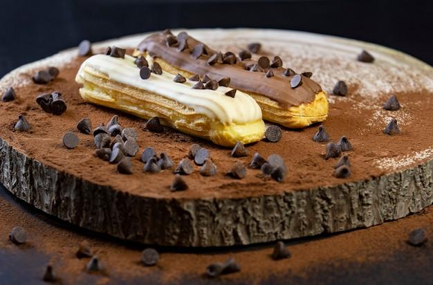 Eclairs chocolat blanc et brun sur bois photographie