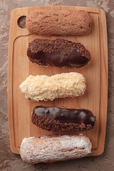 Éclairs français. éclairs au chocolat et à la crème pour le café. bonbons pour une pause café