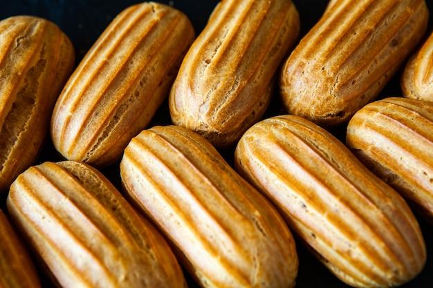 Éclairs français traditionnels au chocolat