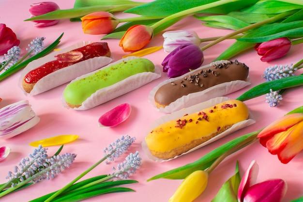 Éclairs et tulipes vibrantes et fleurs muscari. nature morte bonjour humeur estivale.