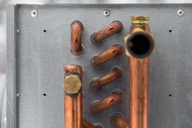 Éclater les tuyaux de cuivre du froid, gros plan