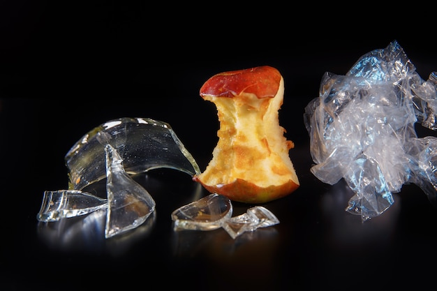 Éclats de verre et de noyau de pomme comme concept d'écologie et de recyclage des déchets