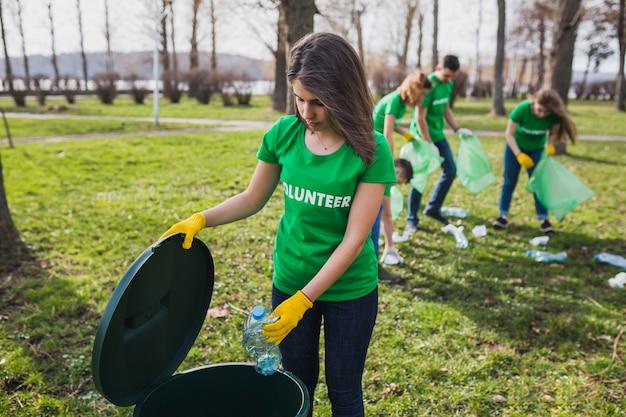 Eco concept avec un groupe de bénévoles