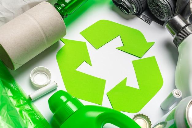 Eco concept avec symbole de recyclage sur la vue de dessus de table