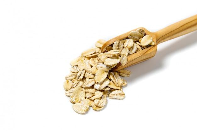 Eco flocons d'avoine dans une spatule en bois isolé. j'adore le concept de nourriture saine.