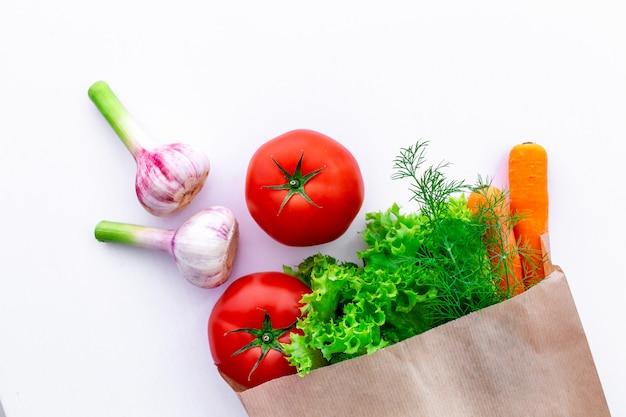 Eco légumes frais dans un sac en papier artisanal