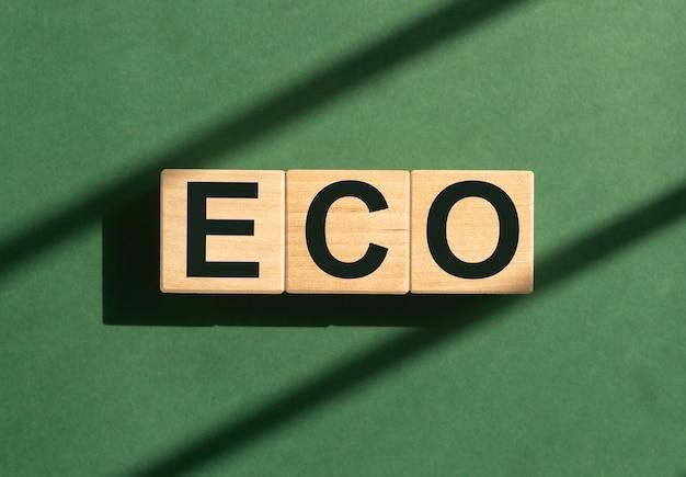Eco mot sur des cubes en bois sur fond vert