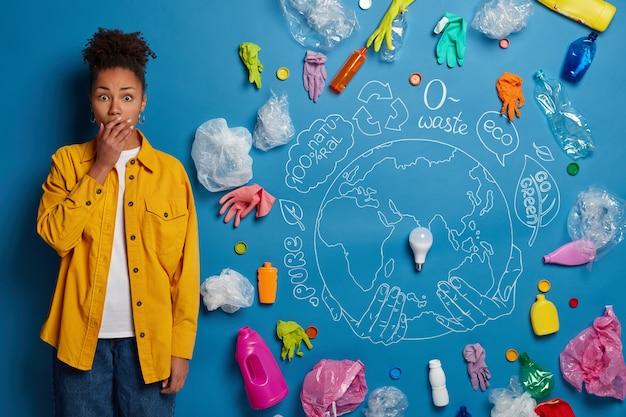 Eco volontaire à côté du collage de déchets environnementaux