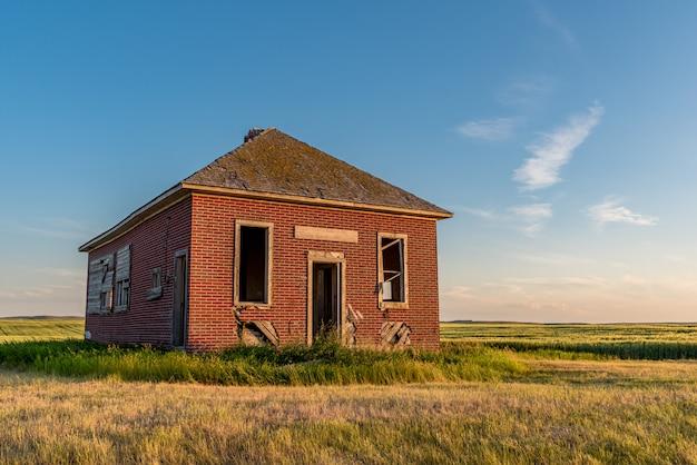 L'école abandonnée d'une seule pièce de bissell, en saskatchewan, fondée en 1913 près de simmie, en saskatchewan