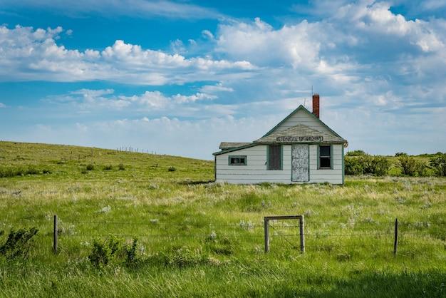 L'école abandonnée de stonecliff sk dans la prairie de la saskatchewan