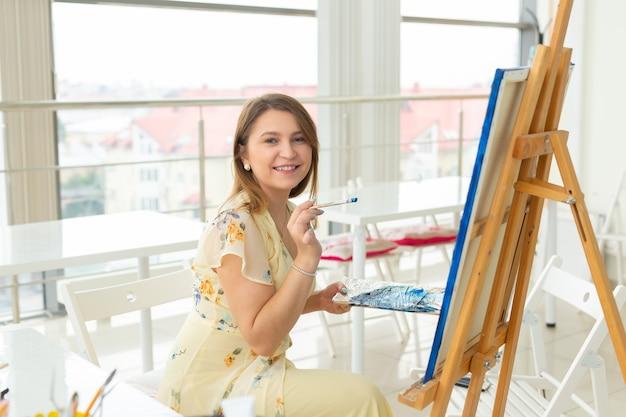 École d'art, collège des arts, éducation pour groupe de jeunes étudiants. heureux, jeune femme, sourire