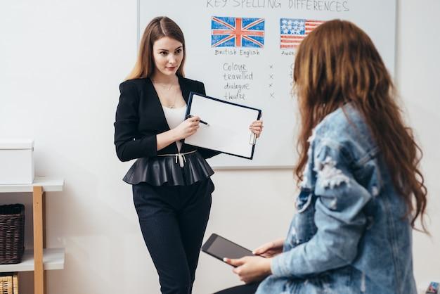 École de langue anglaise. leçon, enseignant et élève qui parlent.