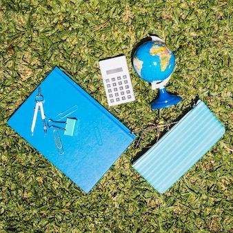 École de papeterie sur l'herbe