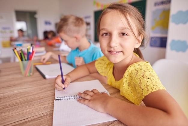 L'école rend cette petite fille heureuse