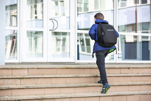 Écolier allant à l'école élémentaire, concept d'éducation