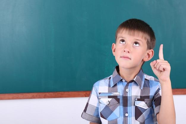Écolier au tableau en classe