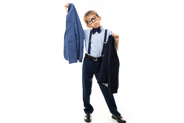 Écolier choisit entre une veste noire et bleue
