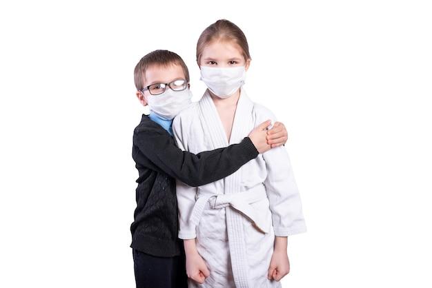 Un écolier embrasse une fille athlète. masqué. isolé sur fond blanc. photo de haute qualité