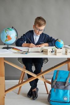 Écolier enfant en classe
