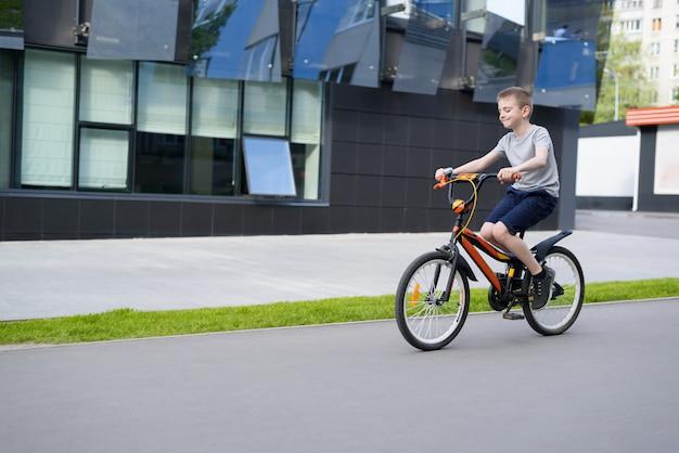 Écolier fait du vélo. vacances d'été.