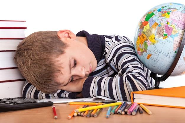 Écolier fatigué dort isolé sur un blanc