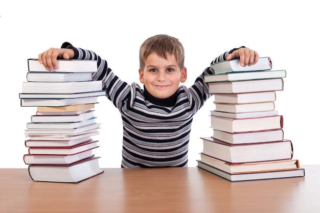 Écolier fatigué avec des livres