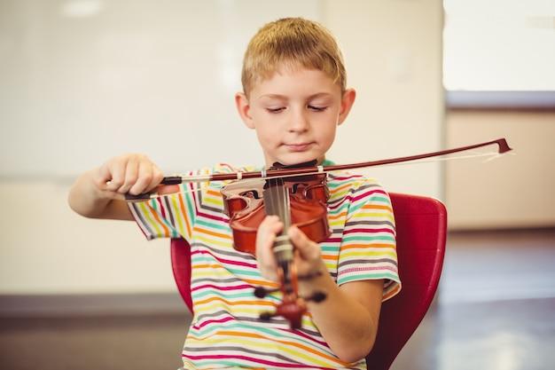Écolier, jouer, violon, dans, classe