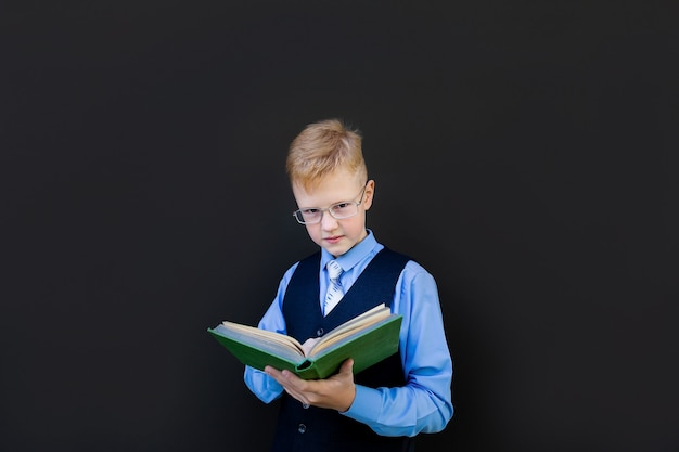 L'écolier lit un livre à la commission scolaire