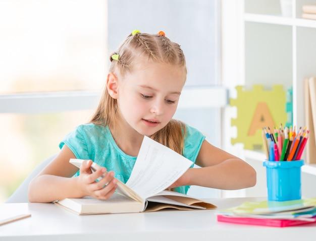 Écolier avec un livre