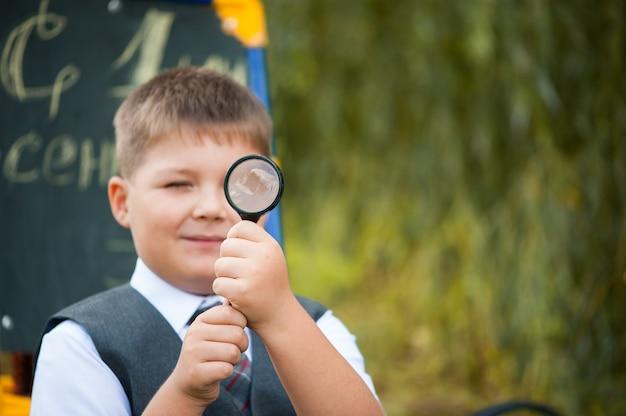 Un écolier à la loupe se prépare pour l'école