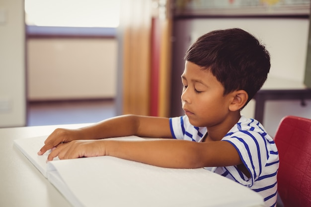 Écolier mémoriser la leçon en classe
