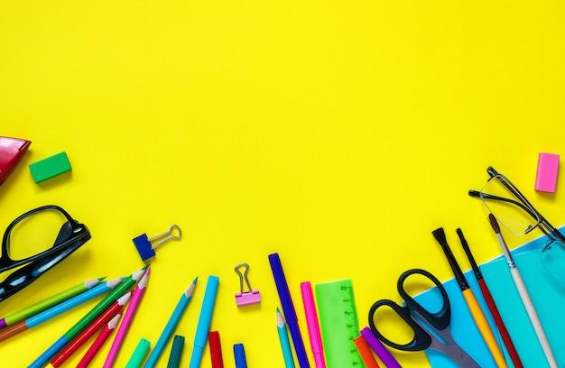 Écolier, papeterie, lunettes, nature morte, sur, jaune, fond