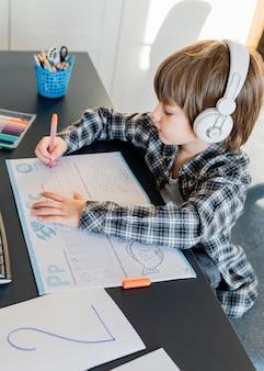 Écolier prenant des cours en ligne vue élevée