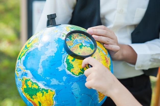 Écolier, regarder, russion, globe, séance, bureau, fond, automne, parc