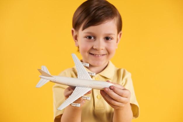 Un écolier rêve de devenir pilote. rêves d'enfance.