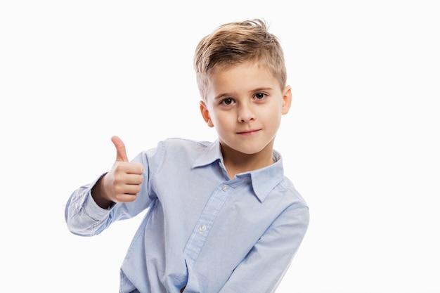 Écolier en riant dans une chemise bleue. isolé sur blanc