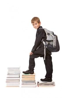 Écolier avec un sac à dos et des livres isolés