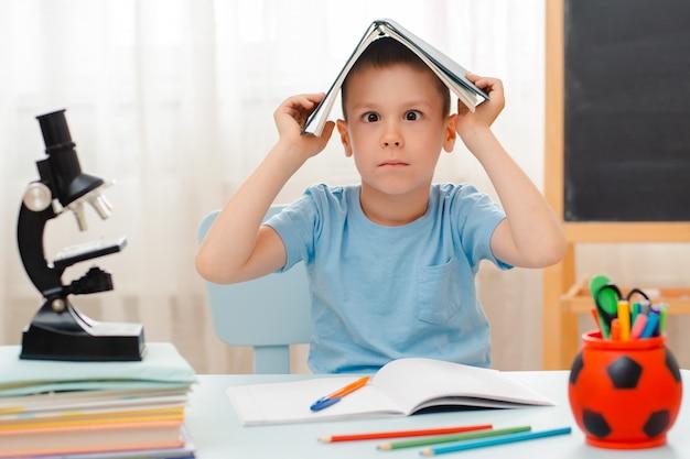 Écolier, séance, à, classe, mensonge, bureau, rempli, livres, matériel didactique, écolier, dormir, paresseux, ennuyé