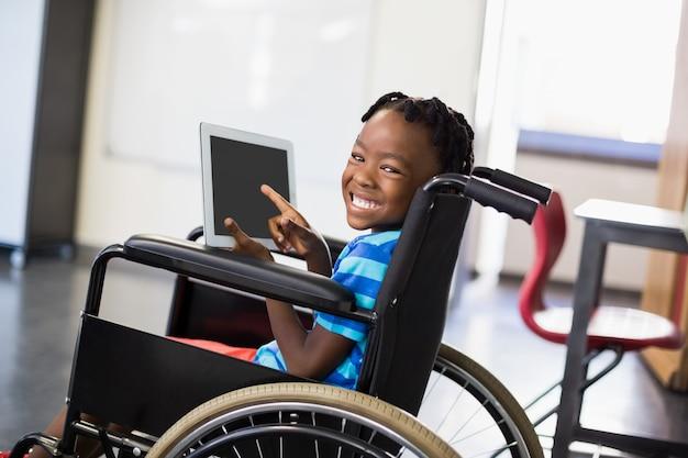Écolier, séance, fauteuil roulant, utilisation, tablette numérique