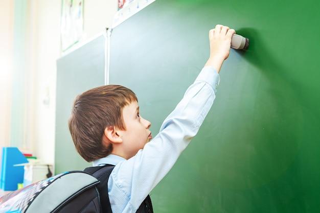 Écolier sérieux dans la salle de classe. élève du primaire. retour à l'école.